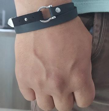 Безразмерный кожаный браслет черного цвета с серебряными вставками